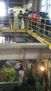 工場2階から作業の様子を説明中