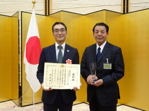 賞状を持つ弊社代表取締役・髙橋(右)と、執行役員本部長・伊藤