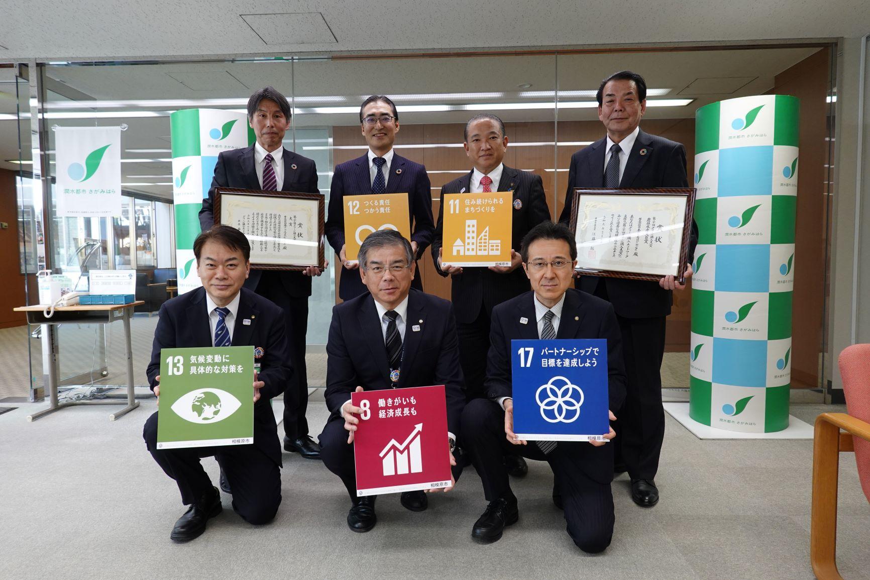 後列右から2番目が本村市長、後列左から2番目が弊社社長の髙橋